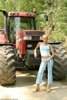 getitsupercheap.com Big Tractors, Farmall Tractors, Hot Country Girls, Country Women, Antique Tractors, Vintage Tractors, Trucks And Girls, Car Girls, Redneck Girl