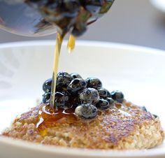 Pan-Seared Oatmeal with Blueberries : TreeHugger. With a little pan-searing, you can turn the lumpy and gooey mixture into something divine. Enjoy this recipe with a mimosa. Vegetarian Recipes Easy, Vegan Breakfast Recipes, Brunch Recipes, Cooking Recipes, Cake Recipes, Breakfast And Brunch, Breakfast Ideas, Vegan Dishes, Vegan Desserts