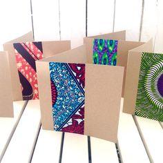 Cet ensemble lumineux et tout à fait merveilleux de cartes sont faites de cire africain tissu imprimé couches sur blanc ou brun carte Kraft, (choisir