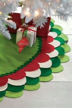 How cute - Scalloped felt tree skirt, in my Xmas colour scheme. Christmas Love, Winter Christmas, All Things Christmas, Merry Christmas, Xmas, Christmas Ideas, Christmas Sewing, Christmas Pictures, Christmas Projects