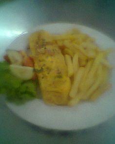 omeleta com salada e batatas fritas