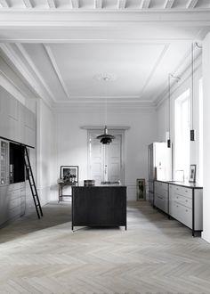 Klassieke keuken met een moderne twist | detaillering handgreepjes/knopjes | donker licht | maatwerk | hoge kasten