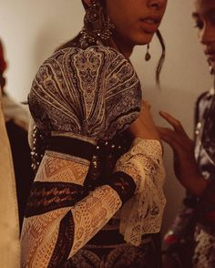 alexandermcqueen An engineered Celtic Paisley print dress with a puff sleeve worn over a Shetland inspired lace knit top. #McQueenSS17 #McQueenDetail #AlexanderMcQueen #PFW
