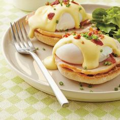 Eggs Benedict is a classic egg recipe that's perfect for the holidays, brunch or anytime. Poached eggs covered in a luscious hollandaise sauce, yum! Delicious Breakfast Recipes, Brunch Recipes, Yummy Food, Eggs Benedict Recipe, Egg Benedict, Recipe For Hollandaise Sauce, Tapas, Ricardo Recipe, Chicken And Waffles