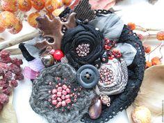Купить или заказать Брошь 'Поздние ягоды' в интернет-магазине на Ярмарке Мастеров. Брошь в серо-черной гамме, листья из меди и вышитые, по краю виднеется винтажное кружево черного цвета. Цветок вязанный из овечьей 100%-ной шерсти, два других цветочка из японского хлопка коричневого цвета и атласа черного цвета. Брошь украшена натуральными камнями - яшмой и тигровым глазом. Брошь будет замечательным акссеуром на лацкане пальто или снуде крупной вязки, а также подойдет к платью и…