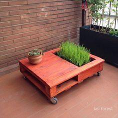 Aquí tenéis como crear una mesa jardinera paso por paso con un único palet, la creación es de koi forest y vuestro gatito estará encantado ...