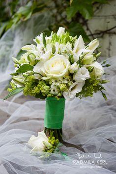 white and green wedding flower, bridal bouquet with white rose flower clip by (c) radmila kerl wedding photography munich  weiß-grüner Brautstrauß für jede Jahreszeit mit weißen Rosen und grünem Bund auf dem Brautschleier von (c) Radmila Kerl Hochzeitsfotografie München