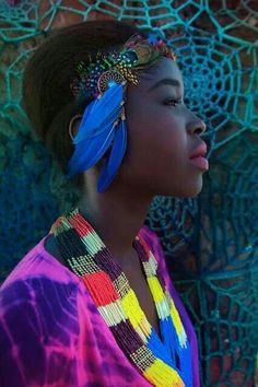 a portrait of feathers, colors and beauty African Beauty, African Art, African Fashion, Foto Fashion, Fashion Mode, Black Is Beautiful, Beautiful People, Pretty People, Art Magique