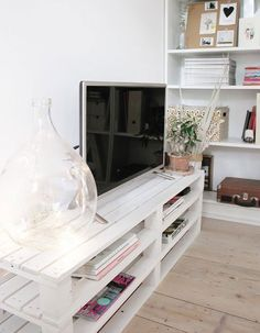 diy tv stand plans \ diy tv stand & diy tv stand ideas & diy tv stand easy & diy tv stand from dresser & diy tv stand ideas easy & diy tv stand plans & diy tv stand farmhouse & diy tv stand ideas budget Tv Pallet, Rack Pallet, Pallet Couch, Wood Pallets, Pallet Lounge, Pallet Walls, Diy Couch, Pallet Ideas, Pallet Furniture Tv Stand