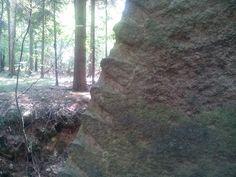 Znaky těžby kamene. Kámen se zde těžil na stavbu kláštera v Oseku, Česká republika