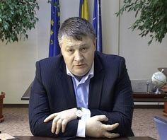 """Mihai Ţurcanu va avea patru consilieri şi """"un birou mai mare"""".    Fratele preşedintelui Consiliului Judeţean, Florin Ţurcanu, care a fost şef al Autorităţii Sanitar Veterinare şi pentru Siguranţa Alimentelor, a ajuns consilierul personal al premierului Victor Ponta.  Declaraţia a fost făcută, vineri, chiar de Florin Ţurcanu, care susţine că fratele său, Mihai Ţurcanu, nu a fost demis, ci şi-a dat demisia din funcţia de şef al ANSVSA. Suit Jacket, Victoria, Suits, Jackets, Fashion, Down Jackets, Outfits, Moda, La Mode"""