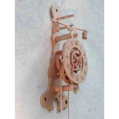 Orologio costruito in vari tipi di legno locale: faggio, pero, frassino, rovere e ciliegio. I pesi sono in pietra.