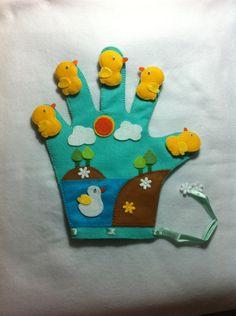 Luva de patinhos em feltro. Patinhos fixos com felcro. É possível mudar a posição dos patinhos. Glove Puppets, Felt Puppets, Hand Puppets, Baby Crafts, Felt Crafts, Baby Musical Instruments, Felt Board Stories, Fleece Patterns, Baby Quiet Book