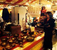 Kizuri staat elke derde zondag van de maand met klankschalen en stemvorken op de Feel Good Market op Strijp S in Eindhoven. Hélène Selder beantwoordt graag alle vragen over klanktherapie.