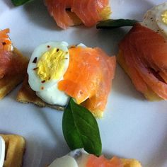 Yummy ideas for holidays- gourmet canapés Canapes, Original Recipe, Holidays, Breakfast, Ethnic Recipes, Ideas, Food, Gourmet, Morning Coffee