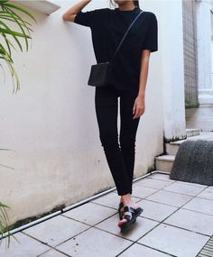Calça preta, camiseta preta, reebook rosa.
