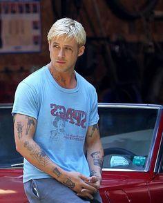 Classic Ryan Gosling just being Ryan Gosling. Ryan Gosling Tattoos, Ryan Gosling Haircut, Ryan Gosling Drive, Ryan Gosling Style, Pine Tattoo, Ryan Thomas, Angel Aesthetic, Bleach Blonde, Hey Girl