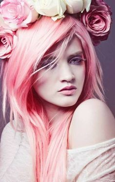 couleur cheveux rose pastel, blouse grise, couronne avec fleurs, maquillage yeux violette, coloration rose