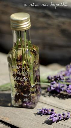 Vytvořte sidomácí masážní olej.Stačí jakýkoli kvalitní za studena lisovaný olej.Já použila olej z vlašských ořechů. Ale můžete i extra virgine olivový, jojobový, mandlový ...4 týdny nechce louhovat le Korn, Mason Jars, Glass Vase, Health Fitness, Herbs, Detox, Plants, Lavender, Bottle