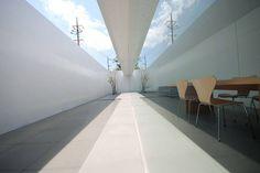 Minimalist House。 這是建築師 小川晋一 的作品,位於沖繩縣系滿的住家。簡約到極致的白色住家,建築師彷彿用設計做出鏡射般的內外對稱,讓人猶豫畫面究竟是內還是外? via 小川晋一都市建築設計事務所