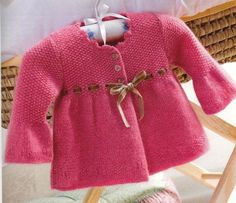 baby sweater with ribbon tie trim. Pattern in Italian. Cardigan Bebe, Knitted Baby Cardigan, Baby Pullover, Knitted Baby Clothes, Kids Knitting Patterns, Knitting For Kids, Baby Patterns, Childrens Coats, Pull Bebe