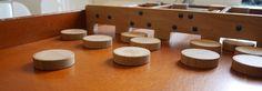 Sjoelen: een simpel, maar o zo leuk oud Hollandse spelletje. Haal de sjoelbak van de zolder en je hebt gegarandeerd urenlang spelplezier tijdens de kerstvakantie. Hier vind je speluitleg en spelregels.