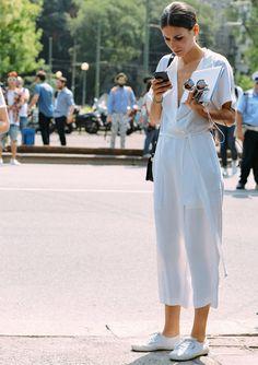 look-diletta-bonaiuti-street-style-macacao-branco-com-tenis
