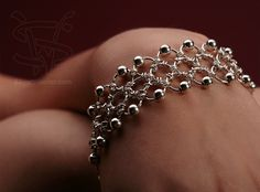 Chain maille, nice and pretty easy to make by SparklyTiara - Like the addition of beads - could use multi-colours/etc for diff sparkle Jump Ring Jewelry, Metal Jewelry, Beaded Jewelry, Handmade Jewelry, Beaded Bracelets, Diy Schmuck, Schmuck Design, Bijoux Fil Aluminium, Bracelet Cordon