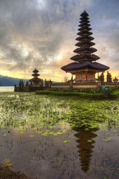 Tempat Wisata di Bali, Bali memiliki keindahan alam alami yang luar biasa. Wisata Pantai Kuta Bali, Wisata Pantai Tanjung Benoa, Pura Tanah Lot, Danau Bedugul, Ubud