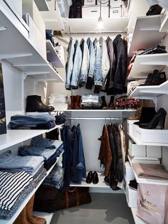 14 Ingenious Storage Tricks For A Small Bedroom With No Closets. Are you storage smart in your bedroom? Battling with a shoebox-sized dorm room? We share some creative bedroom storage ways to make your life much easier. All hope is not lost, we swear. Diy Wardrobe, Wardrobe Storage, Bedroom Wardrobe, Wardrobe Design, Open Wardrobe, Clothes Storage, Wardrobe Doors, Bedroom Storage For Small Rooms, Small Bedroom Furniture