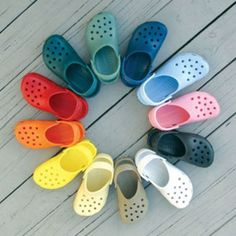 Como Limpiar Los Zapatos De Goma.  Los zapatos de goma se han vuelto muy populares tanto en niños como en adultos, pero su extrema comodidad no quita que debamos limpiarlos para evitar los olores desagradables y las bacterias. Si te preguntas cómo se deben ... Ver más aquí: https://zapatosdefiestaonline.com/como-limpiar-los-zapatos-de-goma/