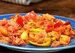 Gemüsesoße:  1 große Zwiebel(n), gehackt 2  Knoblauchzehe(n), gehackt oder gepresst 1 kleine Paprikaschote(n), gewürfelt 2 Stange/n Lauch, in Ringe geschnitten 1 kleine Zucchini, gewürfelt 2 Handvoll Champignons, kleine braune, halbiert 2  Tomate(n), frische, gewürfelt 1 Dose Tomate(n), stückige 4 EL Tomatenpüree 3 dl Gemüsebrühe   Salz und Pfeffer