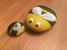 Painting bees on river rocks looking for some easy painted rock ideas to get inspired by see more ideas about rock crafts painted rocks and stone crafts rockpainting paintedrockideas crafts diy Pebble Painting, Pebble Art, Stone Painting, Diy Painting, Pebble Mosaic, Garden Painting, Rock Painting Ideas Easy, Rock Painting Designs, Rock Painting For Kids