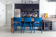 Sala de jantar integrada na cozinha  (De Márcio Campos Arquitetura + Interiores)