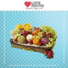 #Divina Linda bandeja recheada de manga, mexerica, pera, pêssego, maçãs, nectarina, caju, laranja, uvas thompson, kiwis e deliciosos morangos. Presente emocionante!   Surpreenda com a LOVEFRUITS: http://www.lovefruits.com.br/