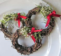 Mini grapevine wreaths for holiday napkin rings or place cards! #Christmas #DIY