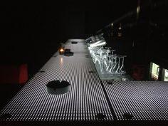 Bar lumineux réalisé en plaques en LitraconTM, un parpaing de béton translucide (96 % de béton et 4 % de fibre optique de verre) qui offrent un éclairage naturel et décoratif. Création Byzance Design.