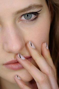 Grafische Nail Art von Mugler