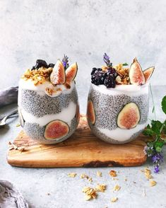 Dreaming of trees budded with blossom and leaf birdsong wildflowers & golden light on this rainy Monday. Until then Ill savor these Lavender Chia Parfaits ? Layered with lavender-infused chia seed pudding & coconut milk yogurt these parfaits are qu Smoothie Bowl, Smoothie Recipes, Smoothies, Comida Diy, Breakfast And Brunch, Think Food, Aesthetic Food, Brunch Recipes, Chef Recipes