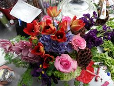 Hortensias lilias, tulipanes anaranjados rosas rosas, stock e iris morados con un toque distinctivo que le da la orquidea rosas y el anturio rojo son algunas de las flores que componen este arreglo divino.. Ten ponseguro que este o algun arreglo asi te ayudara a decirle ala persona especial cuanto la AMAS.