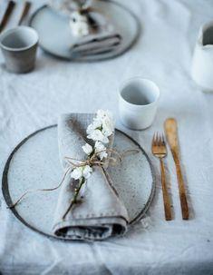 Une décoration de table d'été monochrome via un camaïeu