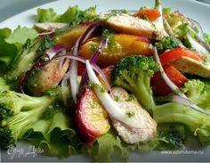 Этот салат очень удобно готовить на пикнике. Для этого необходимо выложить фрукты,овощи и куриное филе на решётку, а заправку приготовить дома заранее.