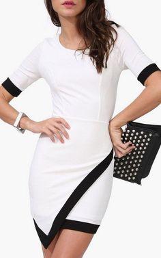 Vestido blanco con negro con corte asimétrico en falda