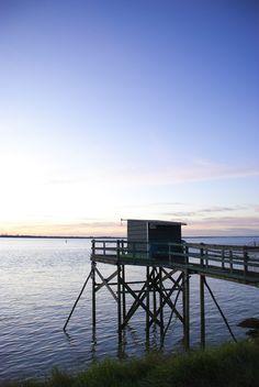 Balade autour de l'estuaire de la Gironde. Coucher de soleil au bord de l'eau. - France