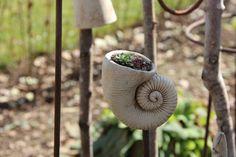 Handgetöpferte Schnecke, ideal zum Bepflanzen mit Hauswurz. Kann auch im Winter draußen bleiben. Paßt auf 7mm Eisenstab (nicht im Angebot dabei). D: ca. 10 x 10 cm