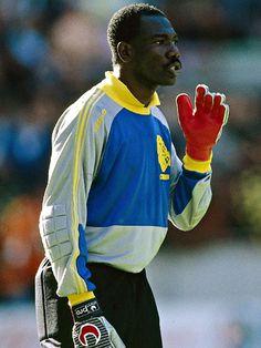 Thomas N'Kono of Cameroon National Team in Uhlsport gloves. World Football, Football Jerseys, Legends Football, Football Images, National Football Teams, Sports Stars, Fifa World Cup, Goalkeeper, Football Players