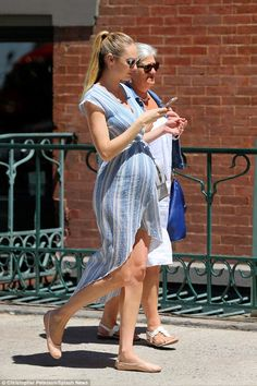 Candice Swanepoel flaunts baby bump out and about in NYC - vibe - Schwanger Cute Maternity Outfits, Stylish Maternity, Maternity Wear, Maternity Dresses, Mother Maternity, Estilo Baby Bump, Fashion Maman, Celebrity Maternity Style, Baby Bump Style