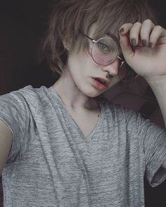 The glasses and that hair Tomboy Aesthetic, Aesthetic People, Aesthetic Makeup, Cute Tumblr Guys, Pretty People, Beautiful People, Girl Short Hair, Attractive People, Drawing People