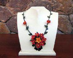 Rojo collar de flores de ganchillo, collar rojo, collar rojo, declaración collar, collar de novia, colgante de flor de naranja, collar del ganchillo,