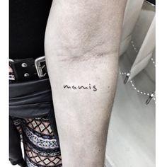 • Mamis • #tattoo #letter #lettertattoo #lettering #writing #tattoofeminina #mother #mutter #mamis #tatuagensfemininas #tatuagenscaligraficas #tattooartist  #pinkbecker